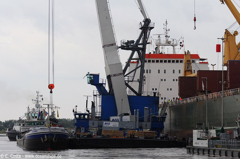 Here you can see how the barge is loaded by the floating crane.