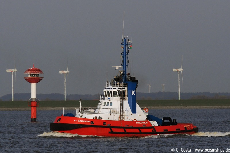 Shortly before arriving in Bremerhaven Kotug's RT Innovation steams towards MSC Daniela...